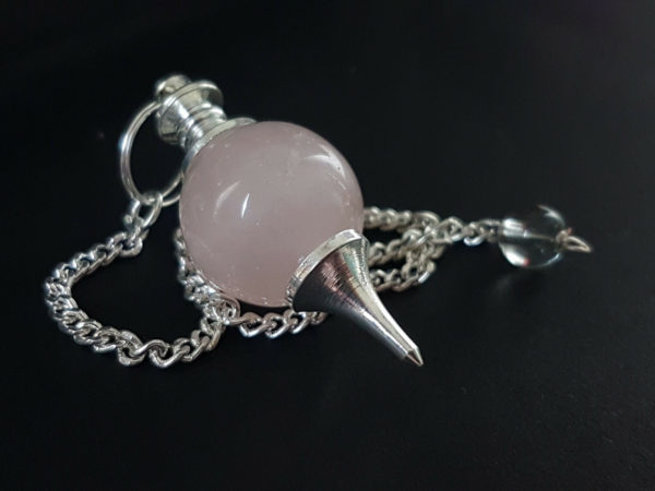 Péndulo cuarzo rosa de 18 mm con cadena de 26 cm.