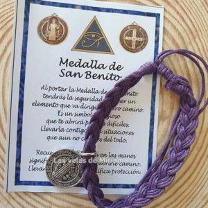 Pulsera hilo color lila oscuro con San Benito