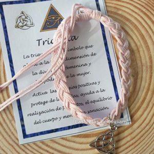 Pulsera hilo color rosa con triqueta